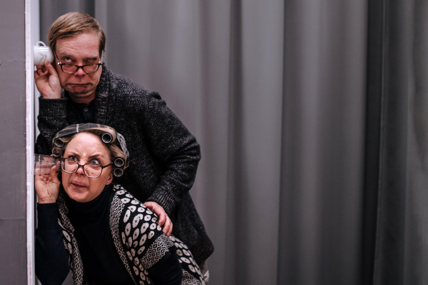 Juulia Soidinaho ja Rami Mäkilaine naurattavat Teatteri Hysterian Naapurikyylät-komediassa.