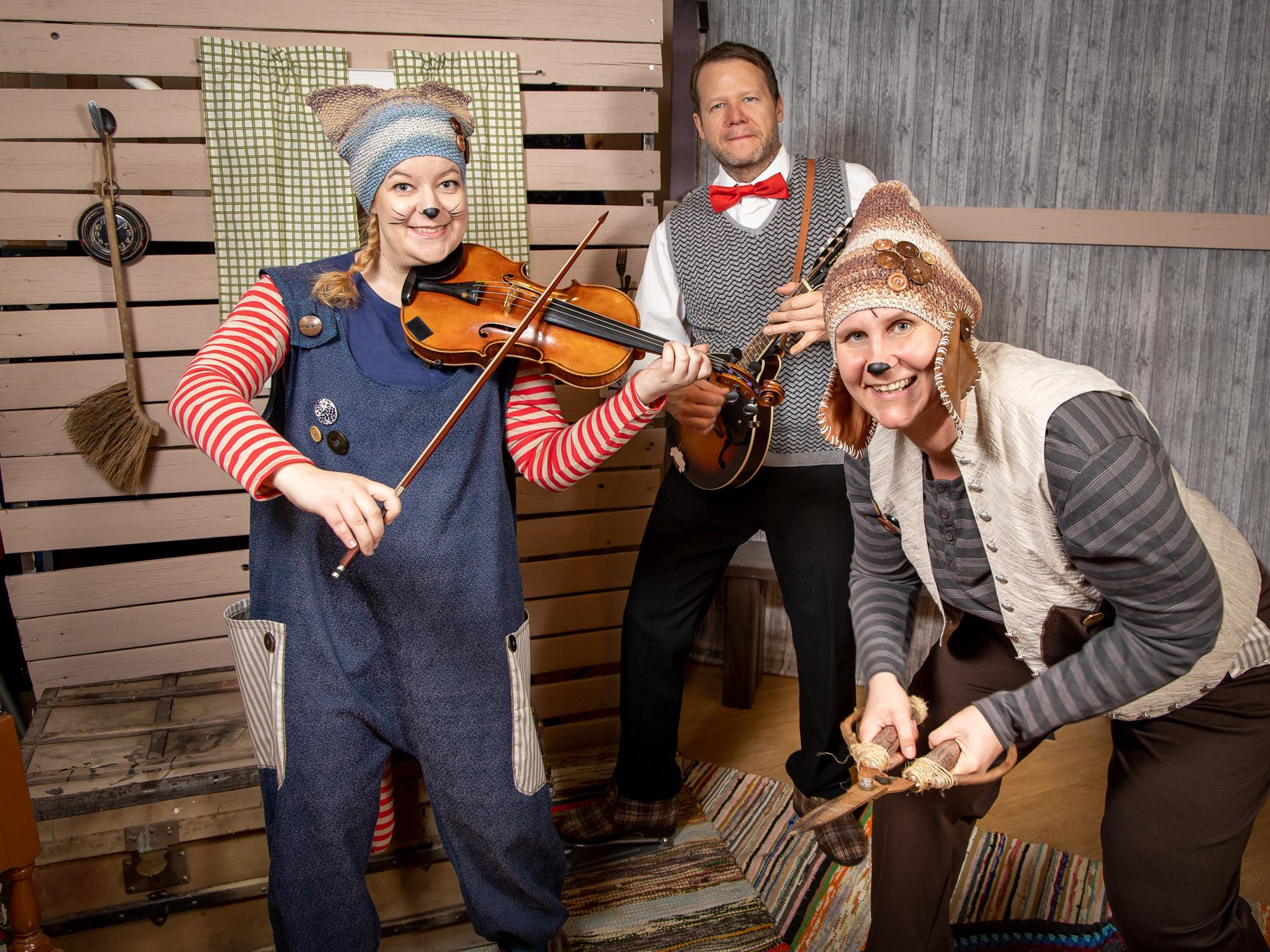 Maukka ja Väykkä -esityksessä nähdään ja kuullaan Eeva Kurssi, Laura Kivimäki ja Sami Silén.