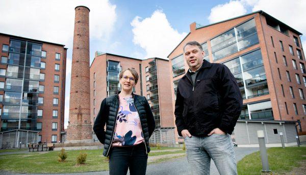 Taide käyttöön -hankkeen projektipäällikkö Piia Kleemola-Välimäki ja Peabin Seinäjoen yksikönjohtaja Hannu Rajamäki.