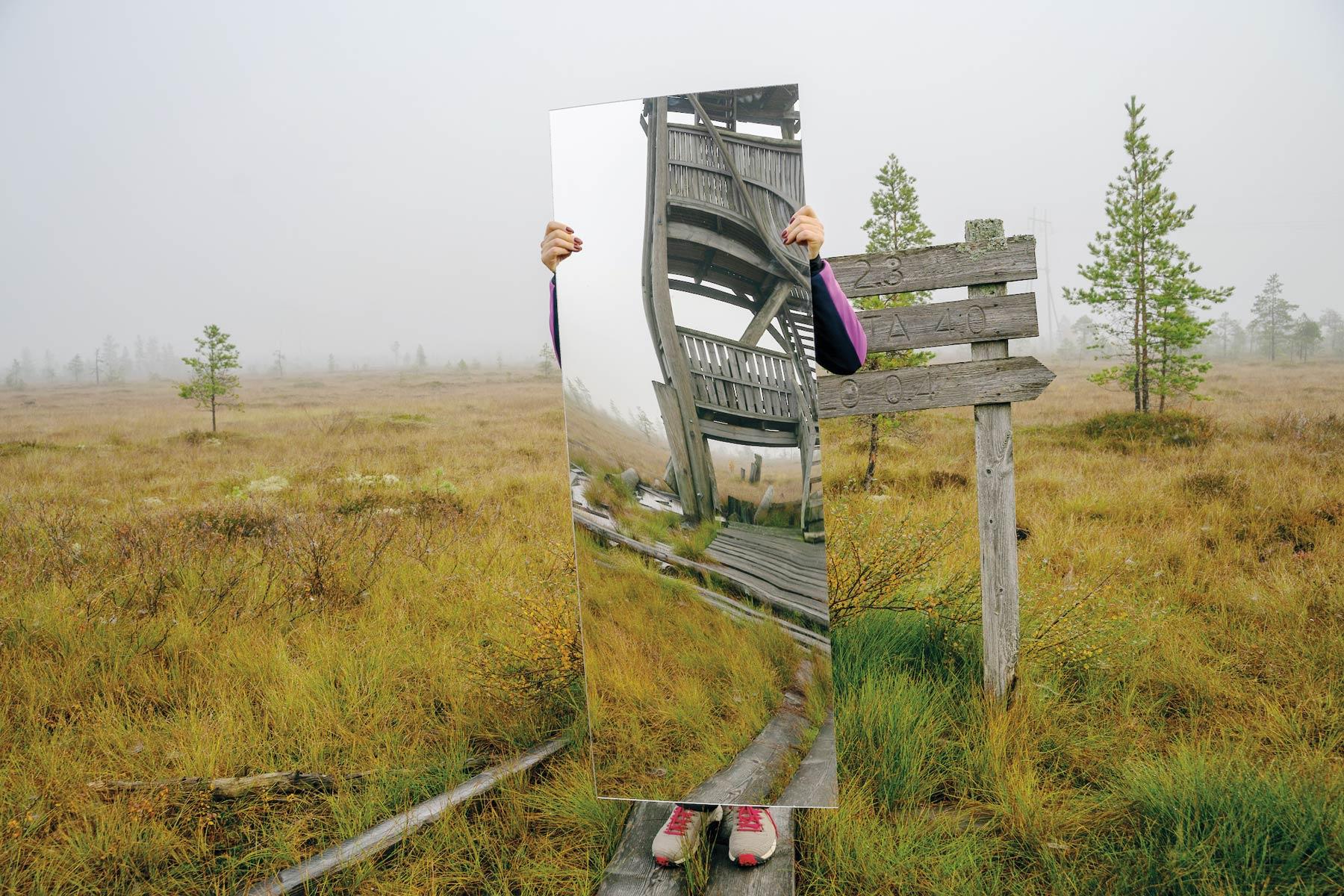 Matthew Cowan on etsinyt näyttelyään varten paikallisten opastamana villiyttä muun muassa Paukanevalta.
